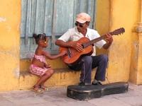 Cuba man met Gitaar en meisje