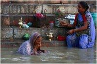 Wassende vrouwen Ganges Varanasi India Djoser