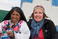 Local met toerist Amantani Peru Djoser