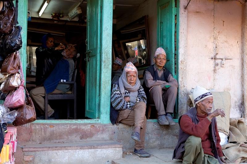 11 Mannen op stoep Nepal