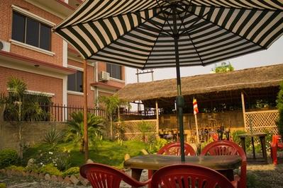 Djoser Nepal Hotel Lumbini Ananda Inn Buiten overnachting accommodatie