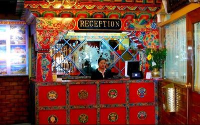Bhutan hotel lobby overnachting accommodatie Djoser