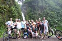 Groepsfoto Waterval Costa Rica Fietsreizen Djoser