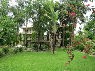 Chitwan rhino lodge tuin hotel Djoser overnachting accommodatie