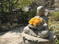 Boeddha met bloemen Kamakura Japan