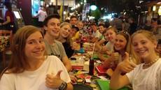Family groep eten street food Thailand
