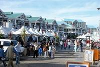 Mensen lopen langs de boulevard van Waterfront Kaapstad Zuid-Afrika