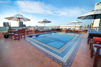 Center Point Hotel zwembad Raviz Dubai