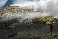 Persoon kijkt naar activiteit van vulkaan de Etna Italië Djoser
