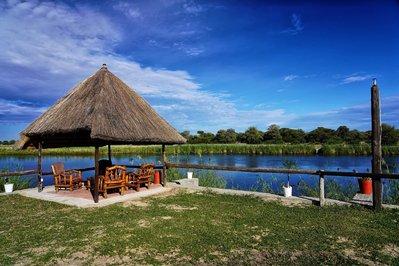 Zitje aan de rivier N-Kwazi River Lodge Rundu Namibië Djoser