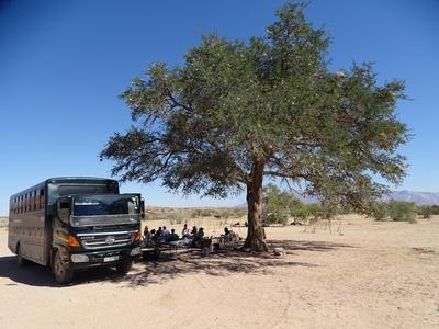 Truck picknick langs de weg Namibië Djoser