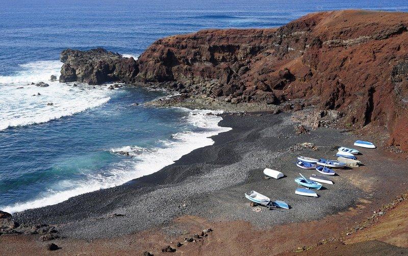 Zwart vulkanisch strand bij El Golfo op Lanzarote