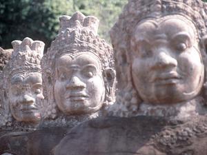 Angkor Thom - entreestraat met hoofden