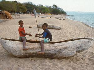 Lake Malawi – jongens met houten kano