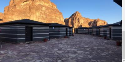 Nabij Al Ula overnachten we in een mooi gelegen tented camp midden in de woestijn.